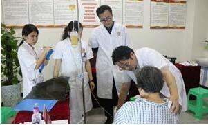 林孝义教授询问患者具体病情同时进行简单的体查