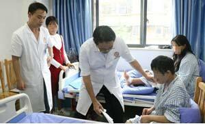 林孝义教授为患者查房,观察患者康复情况