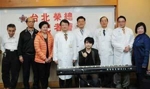 """亚洲""""钢琴小王子""""之称的""""VK克""""许勤毅(左)感謝林孝义医师(右)悉心治疗,让他保有生活品质"""